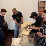 Freiwillige bauen Vogelkästen