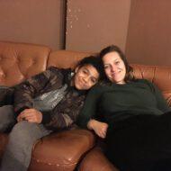Patin und Patenkind sitzen auf einem Sofa