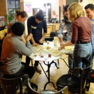 Menschen backen gemeinsam an einem Tisch Kekse